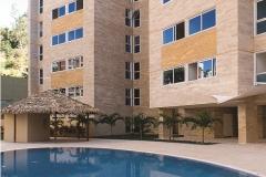 Detalles jardin de atras, edif reflejado sobre piscina con churuata