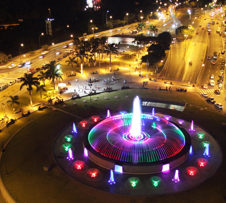 Fuente Plaza Venezuela nocturna