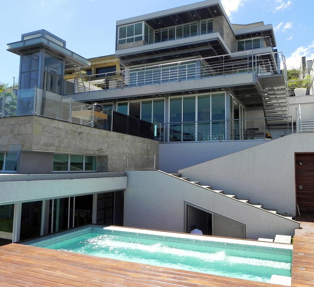 Vista de la casa desde la piscina